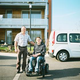 """La coopérative d'autopartage Citiz Alpes Loire a souhaité proposer une solution pour le transport des personnes à mobilité réduite (TPMR) : la location courte durée de véhicules adaptés. Les véhicules sont à disposition en libre-service, accessibles 24h/24, pour une heure, une journée ou plus. Grâce à leur rampe d'accès, ils permettant d'installer facilement une personne en fauteuil roulant à l'arrière du véhicule sans que la personne soit obligée de quitter son fauteuil. Les véhicules peuvent accueillir jusqu'à 5 personnes (4 places assises, selon la taille du fauteuil). Combien ça coûte ? Les véhicules adaptés TPMR sont proposés dans la catégorie L de Citiz : Une formule d'inscription avec ou sans abonnement : cliquer ici Des frais de location à partir de 3 €/heure + 0,35 €/km. Tout est inclus dans les tarifs : assurance, carburant, lavage, assistance... Un dimanche en famille à la campagne, 8h + 40km : à partir de 38,56 € En savoir plus Contactez-nous au 04 76 24 57 25 ou par mail alpes-loire@citiz.fr Mode d'emploi de la voiture en vidéo Témoignage Blandine ne parle pas, mais dès qu'on la monte sur la rampe, elle montre qu'elle reconnaît la voiture et elle commence à chanter. C'est vraiment une idée super, j'encourage tout le monde à essayer, c'est une telle liberté !"""" Claire, maman de Blandine, polyhandicapée Développé dans plusieurs villes du réseau de voitures partagées Citiz, ce projet de TPMR a reçu le Prix """"Changer la vie"""" du CCAH en 2015. Des partenaires du CCAH nous ont soutenu dans la mise en place de ce projet TPMR : Klésia, IREP Auto, Groupe Agrica et Malakoff Médéric. Enfin, Citiz Alpes-Loire a reçu le soutien de l'ADEME pour communiquer sur ce projet."""